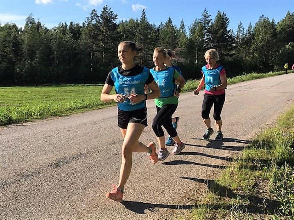 Damene er både spreke og mange og sørger for at det er full likestilling i Finnskogkarusellen. 33 av 67 deltakere i alle aldre var jenter i det 3. løpet. (Foto fra Åsnes Finnskog facebookside)