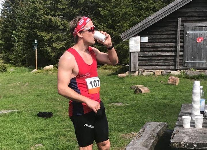 Erik Forbord tok seg tid til en kort drikkestopp i rekordløpet. (Arrangørfoto)