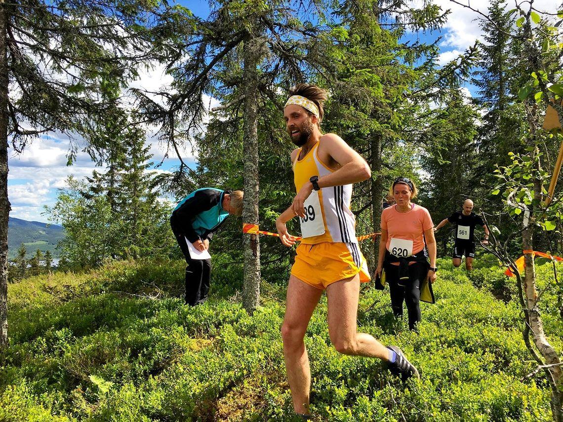 Sindre løper i mål som vinner av Buråskollen Opp. (Foto: Oddvar Røsten)