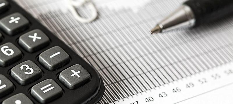 Bilde av kalkulator, penn og et ark