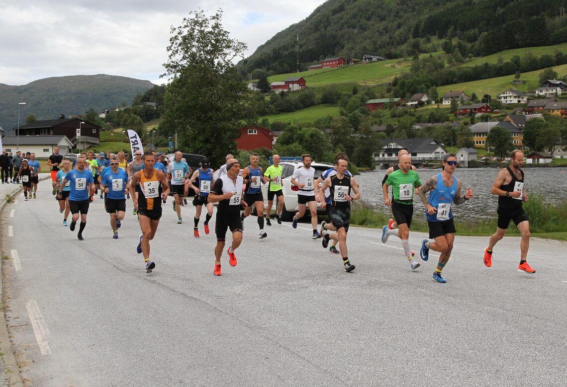 Vi ser starten på maratonløpet i Jølster i fjor. I år er arrangementet avlyst. (Foto: Helge Fuglseth)