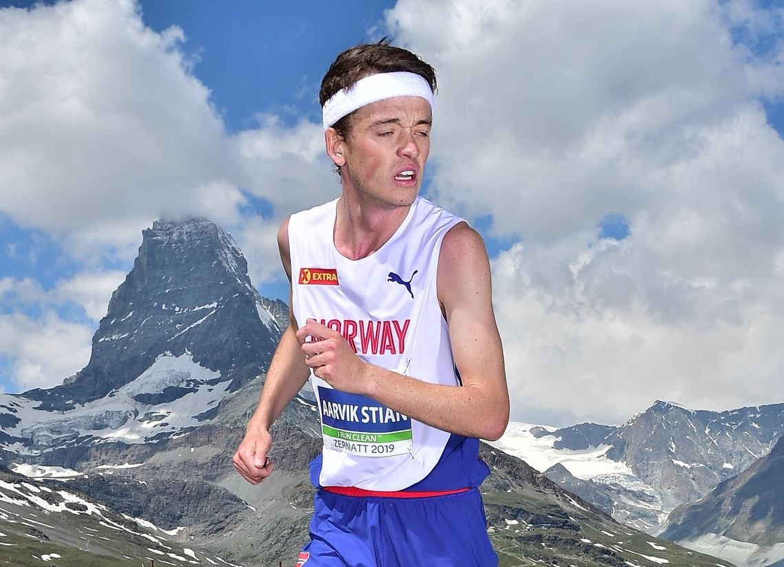 Stian Øvergaard Aarvik sjekker hvor konkurrentene er på vei opp til sølv i EM motbakkeløp. (Arrangørfoto)