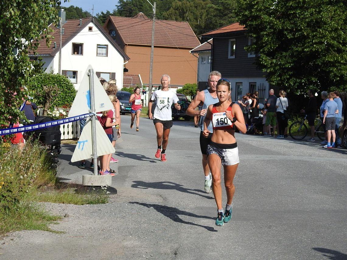 Ida Tjørsvåg fra IL Tjalg løper inn til 2. plass i Intersportjoggen i sommervarne Mandal. (Arrangørfoto)