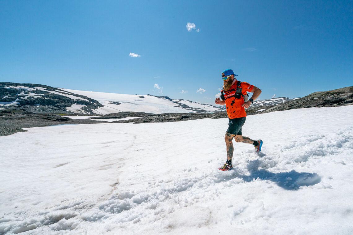 Snøføre for Håkon Frahm Stokka i kanten av Hardangerjøkulen i fjorårets løp. I år er det store snømengder også ellers i løypa. (Foto: Xtremeidfjord/Steve Ashworth)