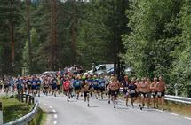 Fra starten i det 38. Risberget Rundt, 195 kvinner og menn legger ut på 5 eller 11 km. Herrevinner Torstein Vestli med startnummer 48 tar teten fra første steg. 15 barn deltok i eget barneløp. (Foto: Trond Øsmundset)