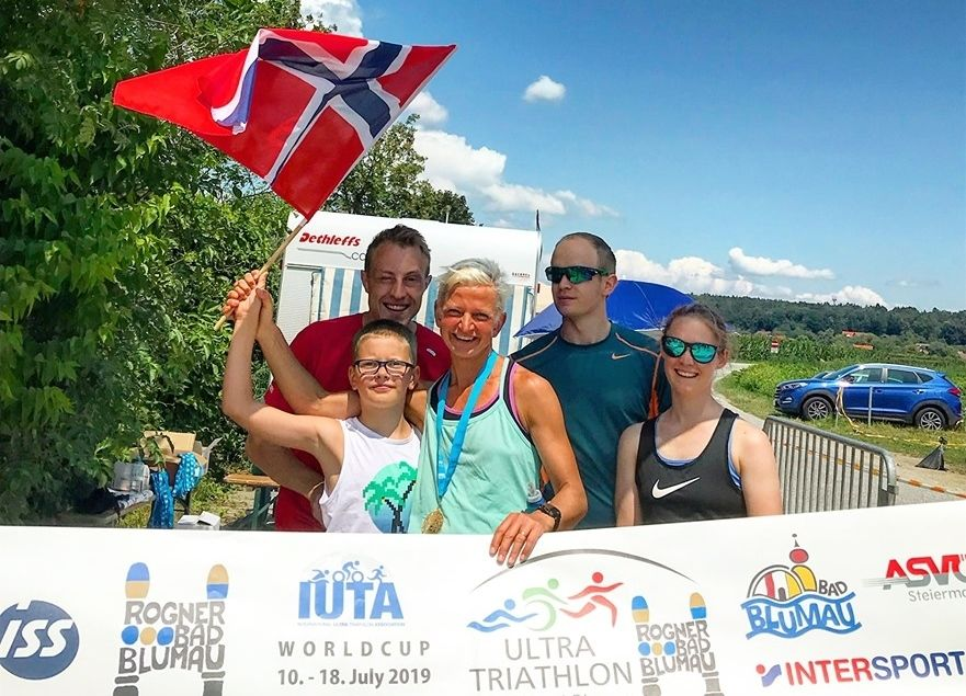 Marie Veslestaul feirer sammen med teamet som  hjalp henne de litt over to døgnene konkurransen varte. (Privat foto)