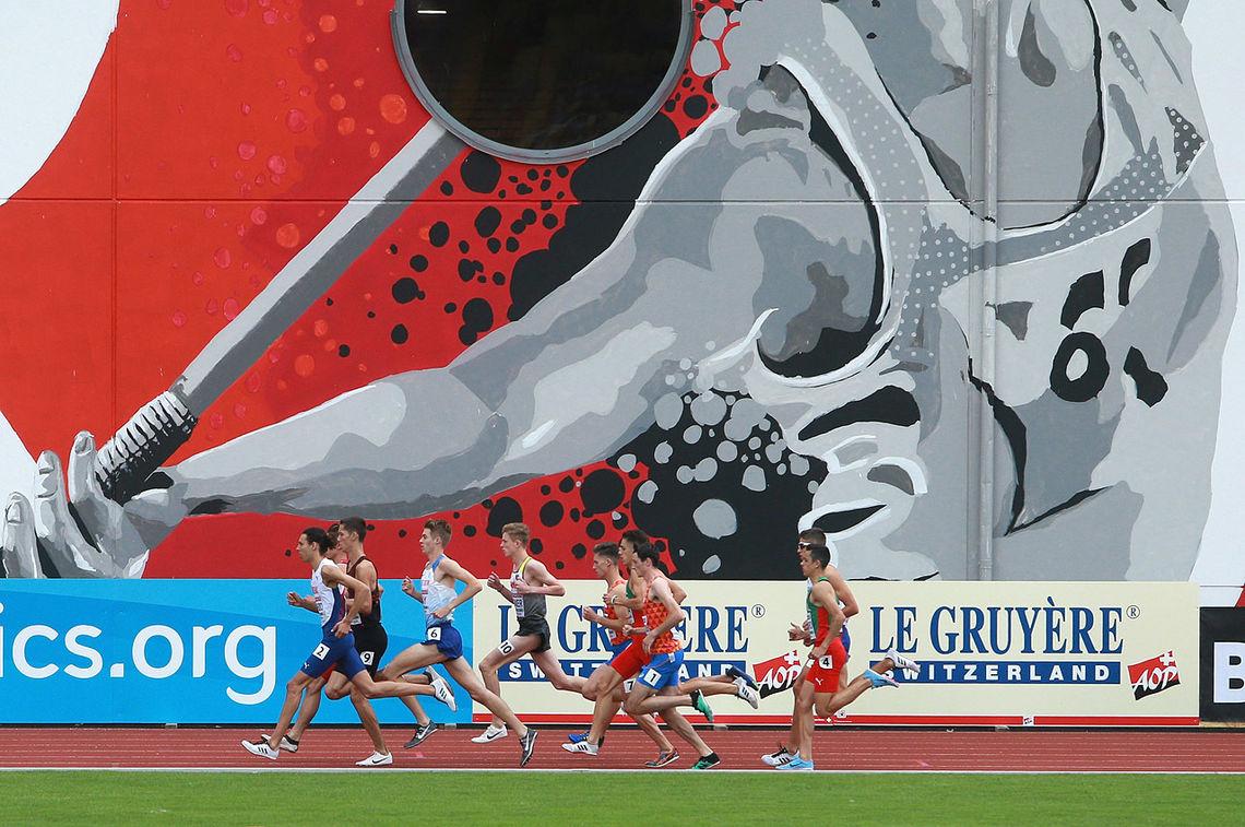 Ryahallen: Startfeltet på det første 1500 m-heatet har den rikt dekorerte friidrettshallen som bakgrunn. Moa Bollerød (med banemerke 2) ligger helt i tet. (Foto: Kjell Vigestad)