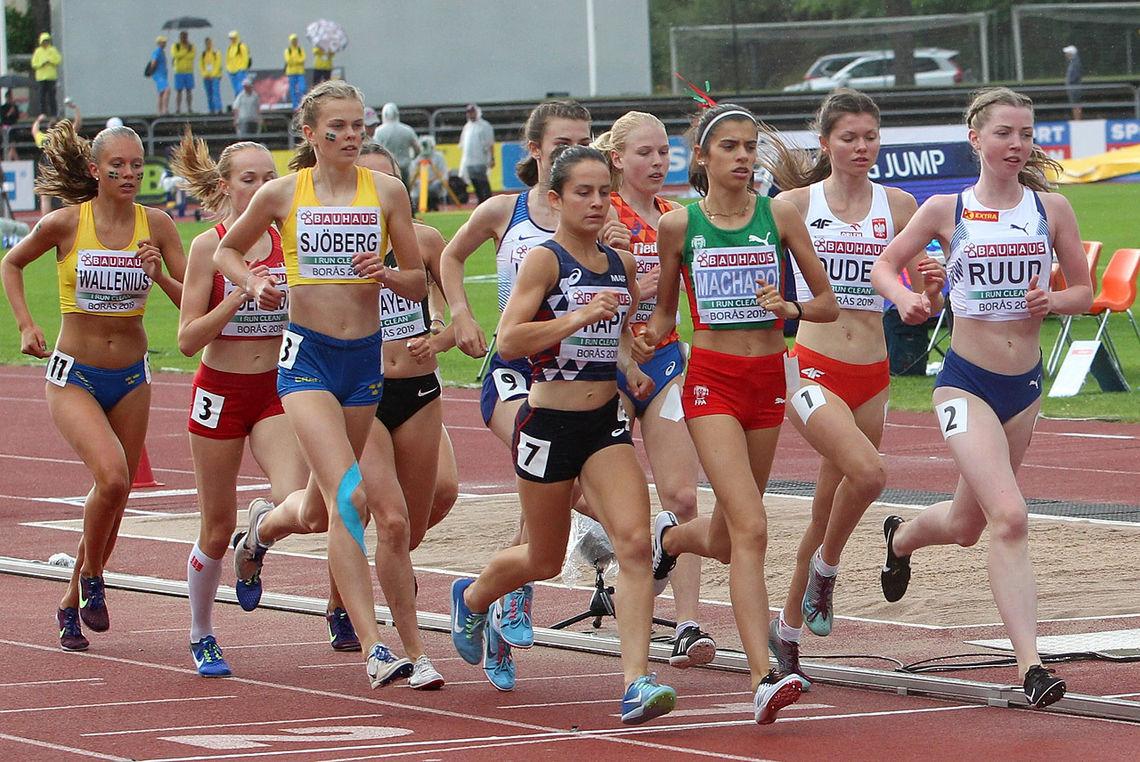 1000 m i tet: Mari Roligheten Ruud tok teten fra starten av i forsøksheatet på 3000 m og holdt den i nesten 1000 m. (Foto: Kjell Vigestad)