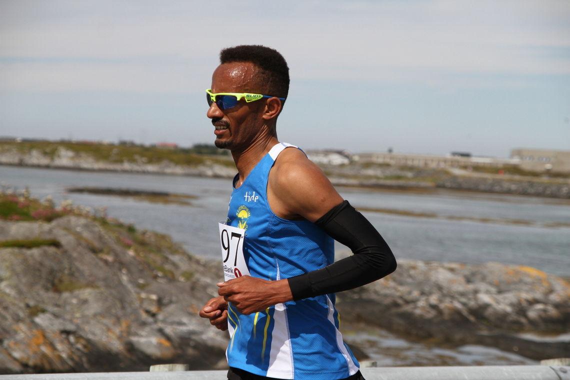 Ebrahim Abdulaziz fra Trondheim og Strindheim er regjerende norgesmester både på halv- og heilmaraton. I dag vant han Smøla halvmaraton på tiden 1.08.36