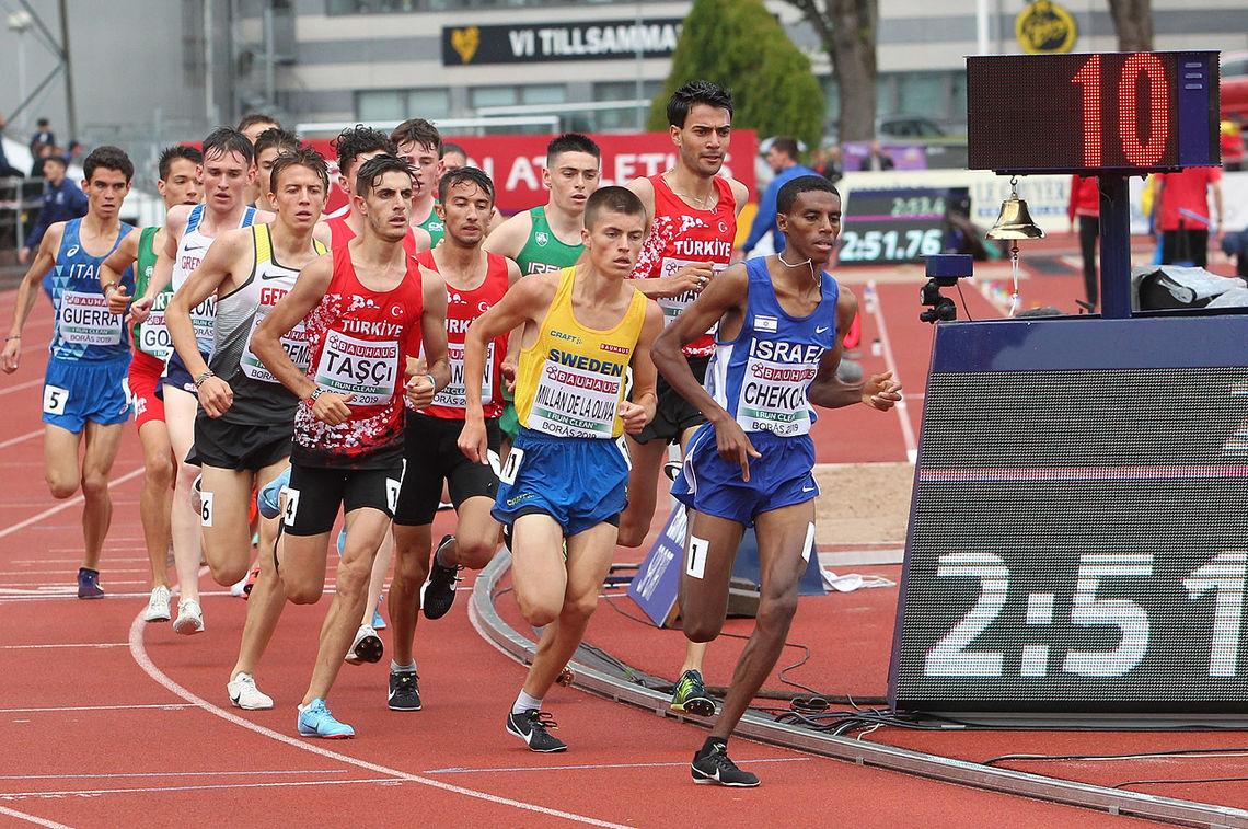 Stort felt: 21 gutter ligger samlet etter 1000 m. Håkon Stavik ligger innerst ved lista og har fire løpere bak seg, men er ikke synlig på bildet. 1000 m passeres på 2.51.76. (Foto: Kjell Vigestad)