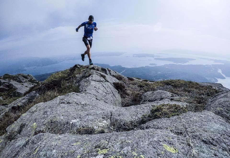 Løpsleder og deltager Peter Tubaas på toppen av Siggjo på tredje dag av Bømlo Ultrafestival. (Arrangørfoto)
