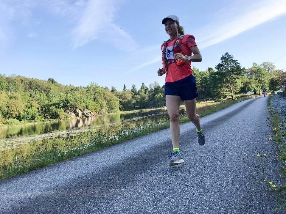 Therese Falk på den varme landevei på Bømlo, en flott opplevelse og god VM-trening. (Arrangørfoto)