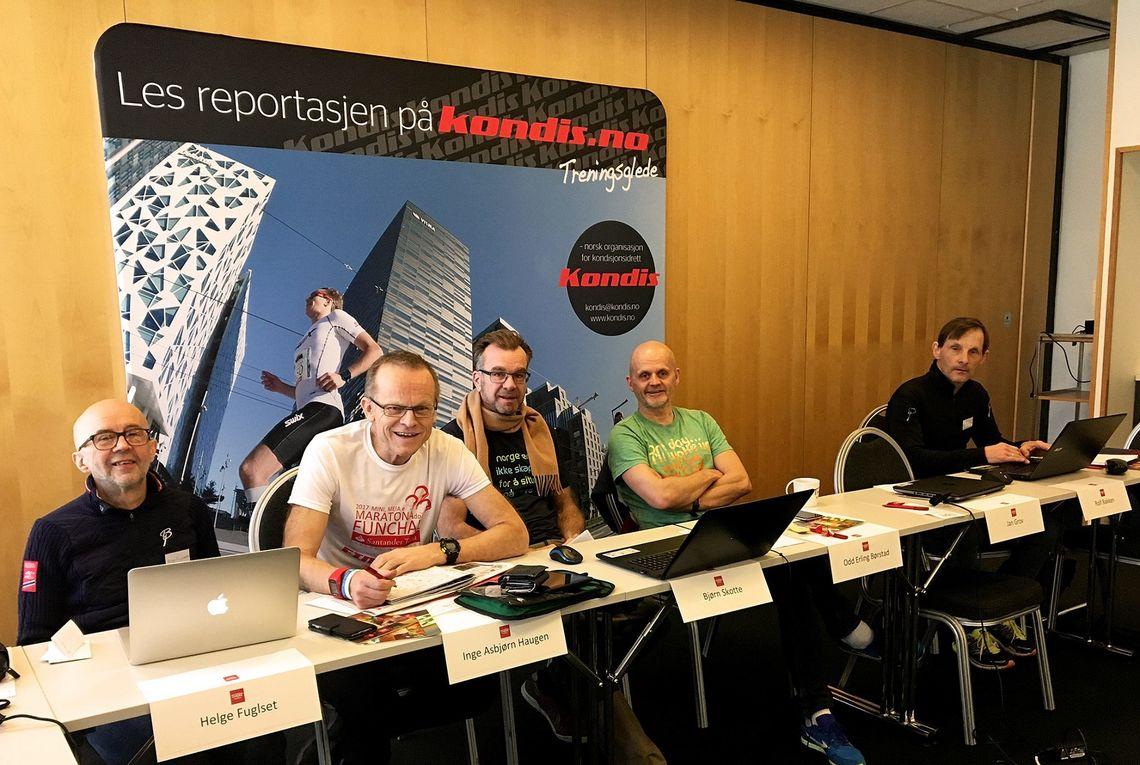 Helge Fuglseth har løpt 200 maratonløp. Lengst til venstre ser vi Helge Fuglseth på Kondis landsmøte i 2017 ved siden av selveste maratonkongen Inge Asbjørn Haugen (584 maraton). Foto: Oddvar Røsten