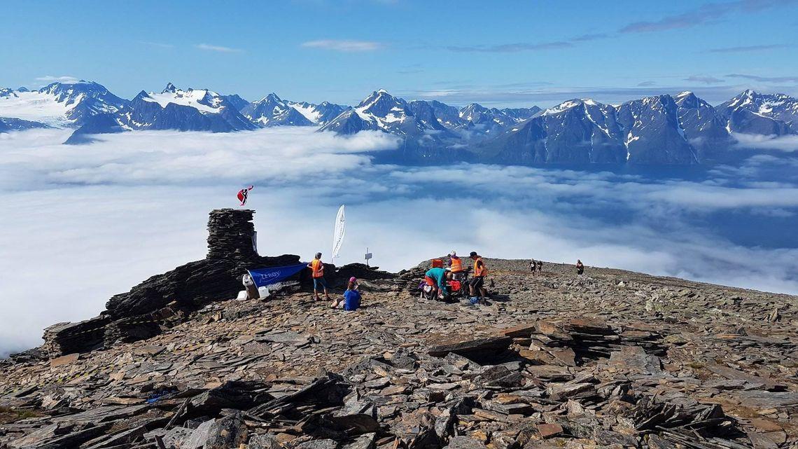Toppen på Storhaugen, det løperne var halvveid opp-ned, med fantastisk utsikt mot Lyngsalpene. (Arrangørfoto)