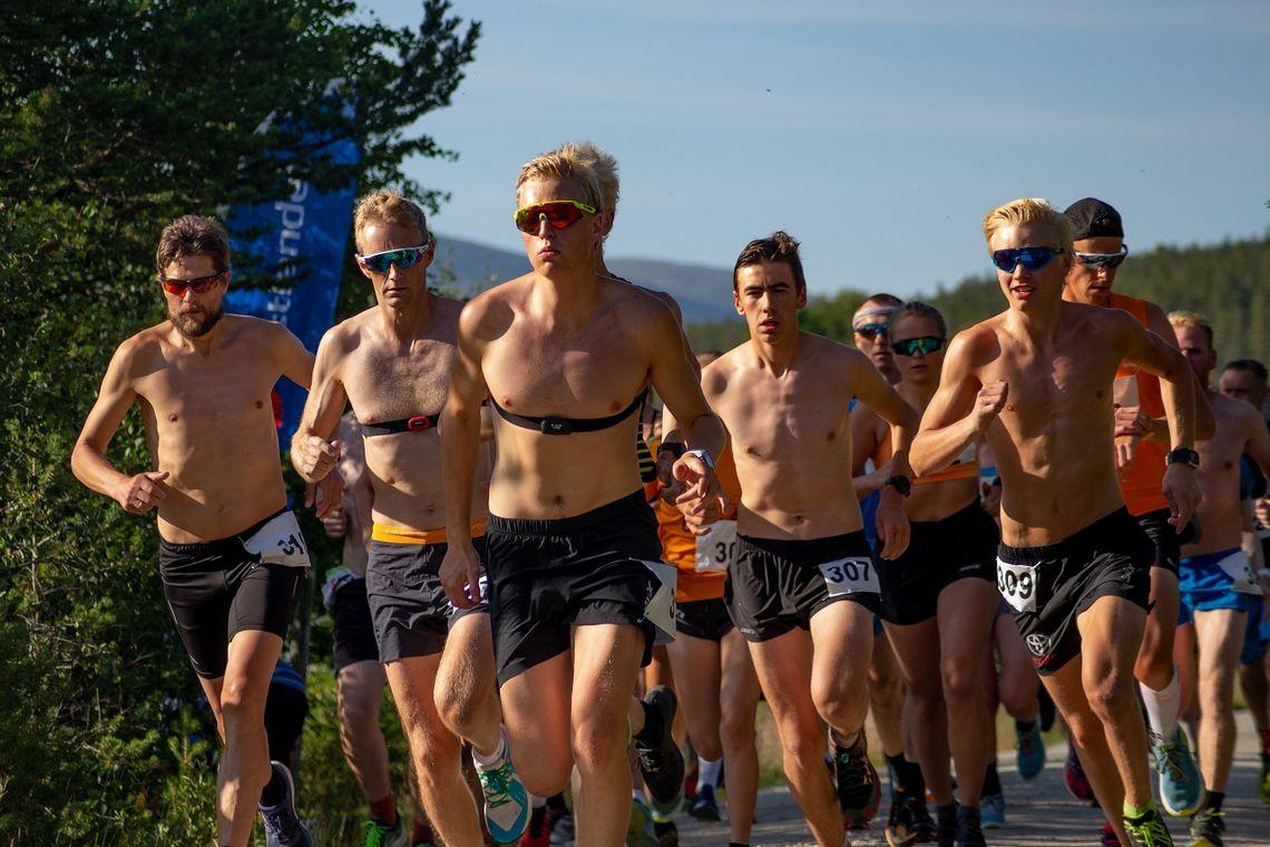 Rett etter starten med vinneren Martin Øyen Tøraasen i teten fra første meter. (Foto: Åshild Sveen Gussgard)