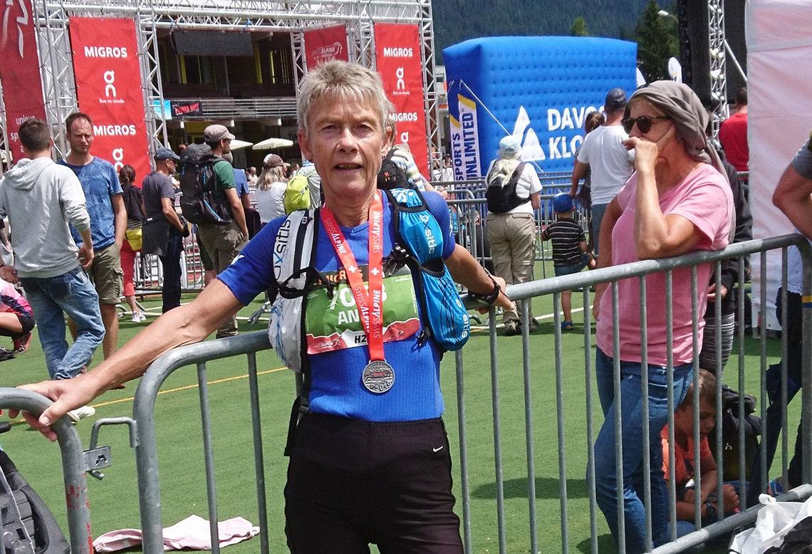 Anna Tråve med velfortjent medalje etter at hun vant klassen og ble nummer 12 totalt av kvinnene i den kuperte 20 kilometeren. (Foto: privat)