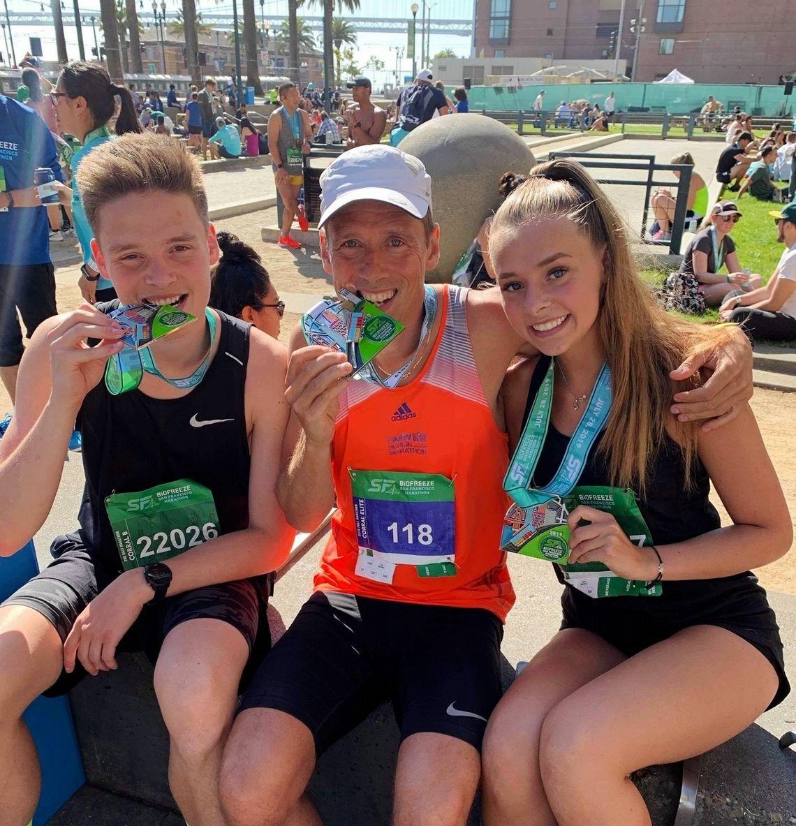 Håkon Landro sammen med barna Sander og Synne som løp halvmaraton i San Francisco. Medaljene er derimot gedigne for alle. (Privat foto)