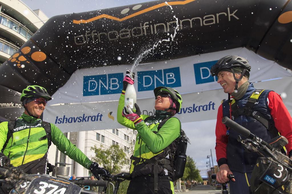 Gunn-Rita Dahle Flesjå kunne sprute med boblevann etter å ha syklet 300 kilometer på Finnmarksvidda sammen med ektemannen Kenneth (t.v.) og Geir Lien (t.h.). Foto: Jon Vidar Bull