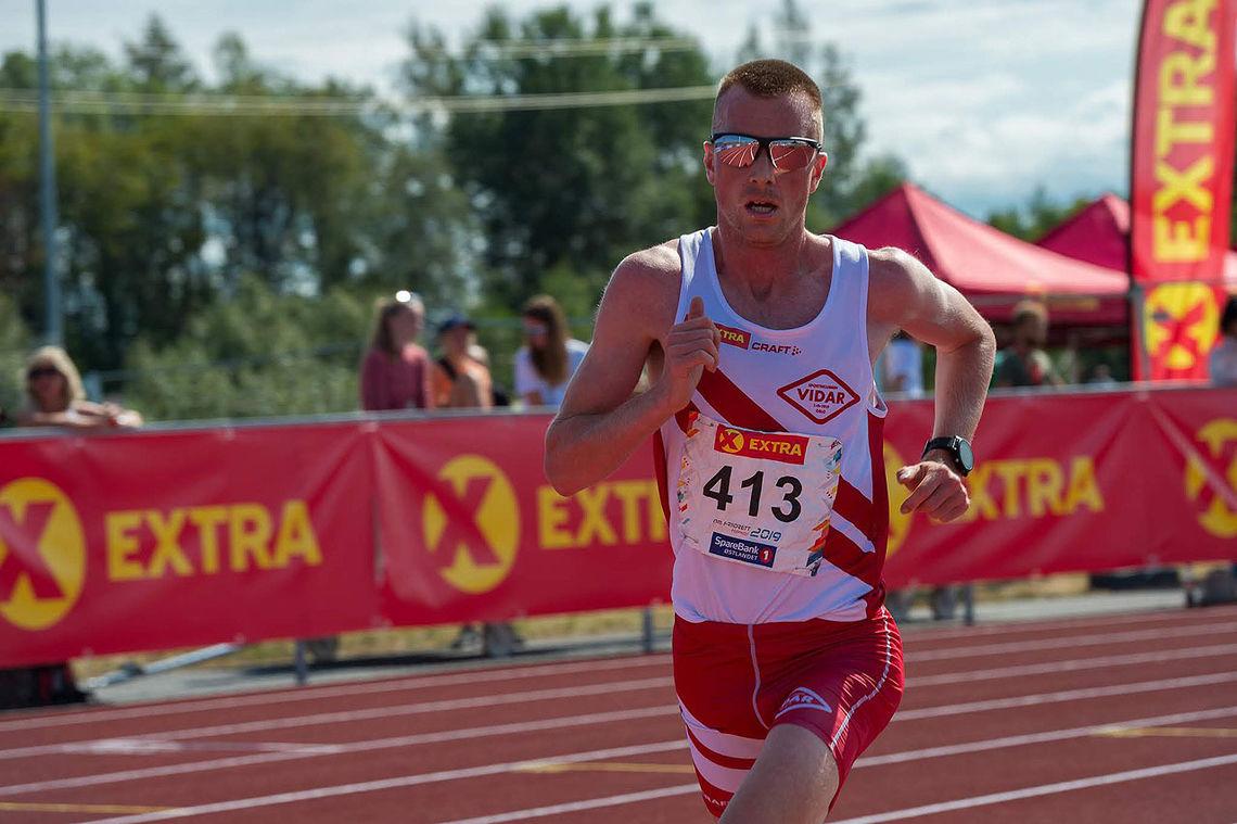 Sondre Nordstad Moen løp sitt eget løp fra start til mål da han tok NM-gull på 10 000 meter. (Foto: Samuel Hafsahl)