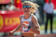 Therese Johaug stormer inn til ny mesterskapsrekord på 10 000 meter i NM friidrett. (Foto: Samuel Hafsahl)