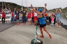 Bølgen for Terje Lyngstad. Her på brygga sto tilskuerne og sang og tok bølgen for alle deltagerne i 7 timer. Heia Terje, heia Terje, olé, olé, olé... osv. (Foto: Olav Engen)
