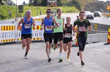 De beste løperne i 5- og 10km-løypen holder sammen på den første runden.