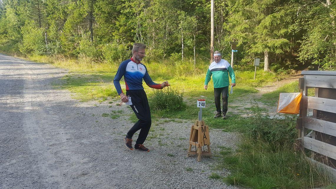Michael Sætvedt og Arne Gunnar Barflo mot mål på Gåsbu tirsdag kveld. (Foto: Stein Arne Negård)