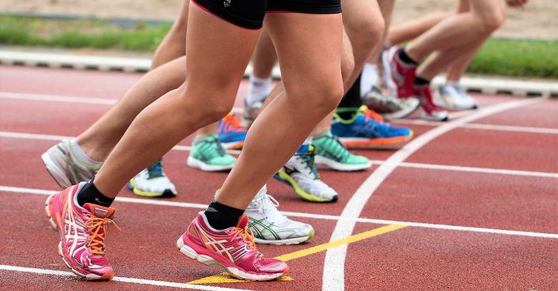 Bilde av utøvere på en løpebane