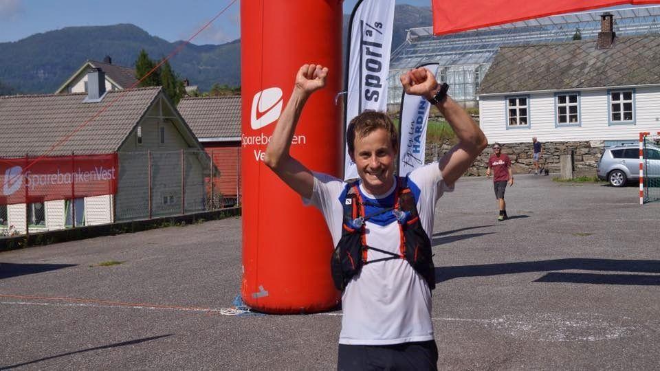 Odd Arne Botnen jubler for seier i det femte og antagelig siste Fyksesundet Rundt. (Arrangørfoto)