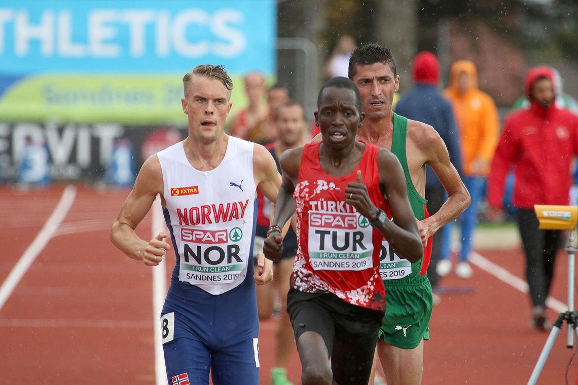 Filip Ingebrigtsen i det han øker farten og kvitter seg med konkurrentene to runder før mål på 5000 meteren. (Foto: Arne Dag Myking)