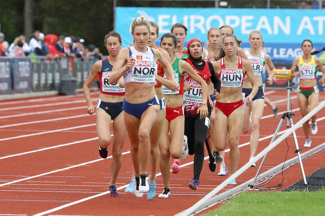 Karoline Bjerkeli Grøvdal hadde ingen problemer med å sikre seieren på 3000 meter i Lag-EM's 1. divisjon. Her har hun gått opp i tet etter 2000 meter.(Foto: Arne Dag Myking)