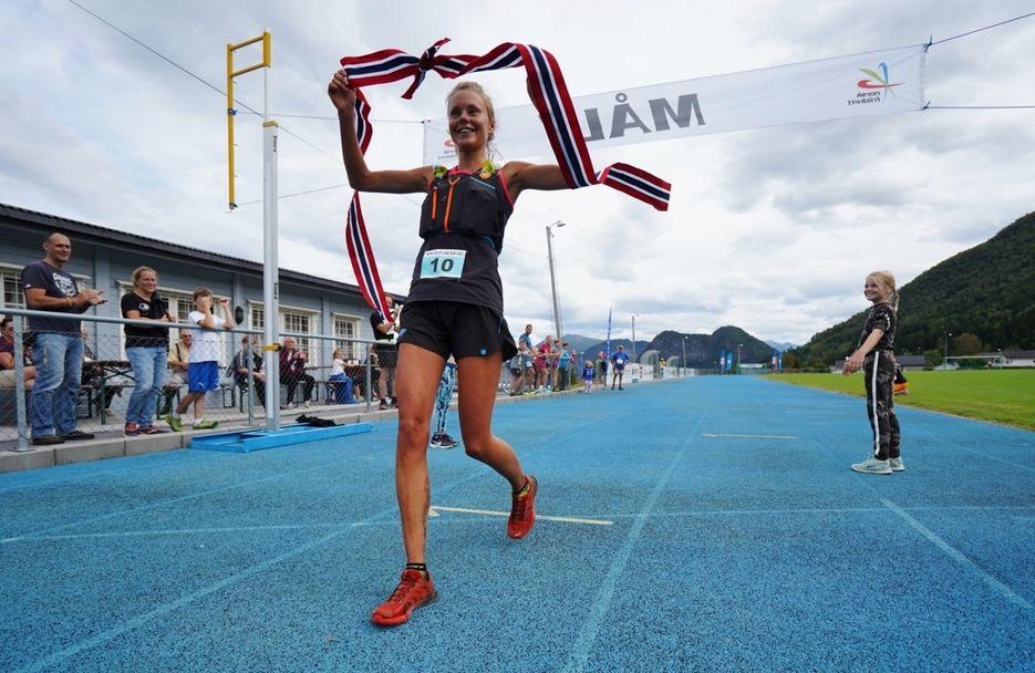 7L_winner_F Johanna Åstrøm crossing the finish line (1280x832)