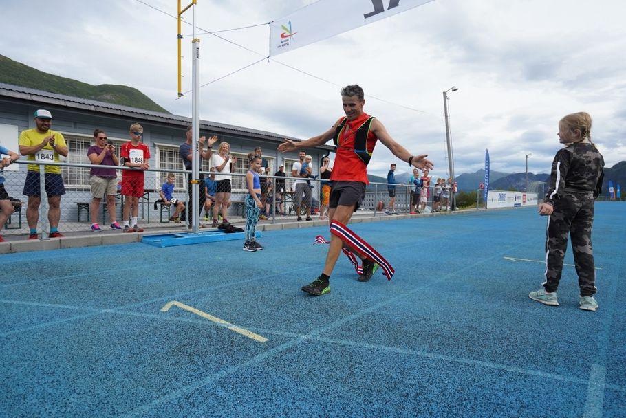 7L_winner_M Ola Hovdenak crossing the finish line (1280x855)
