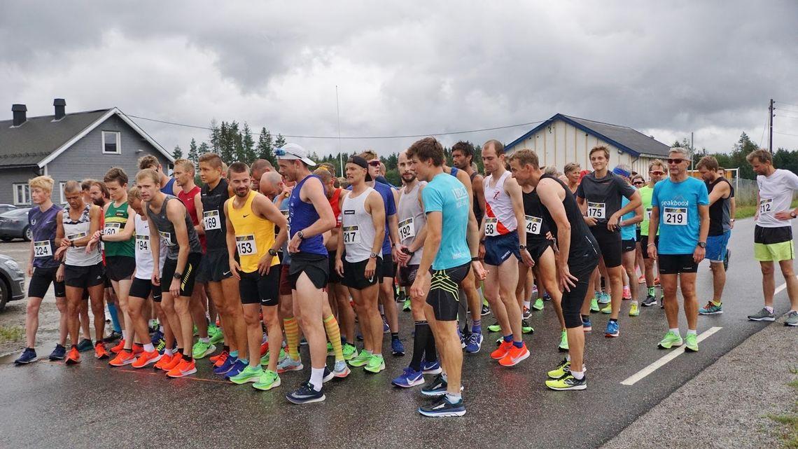 Stort startfelt med løpere på flere distanser i samme startfelt. (Foto: Bjørn Saksberg)