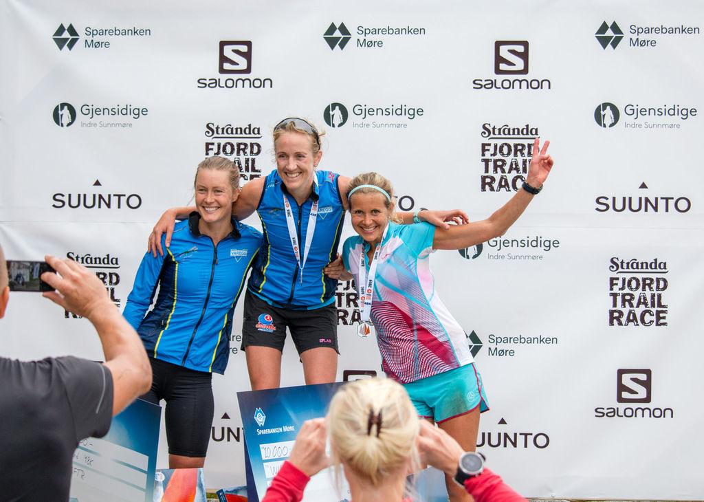 Tre glade bergensere øverst på pallen etter 48 tøffe kilomater i Stranda Fjord Trail Race. (Foto: SFTR)