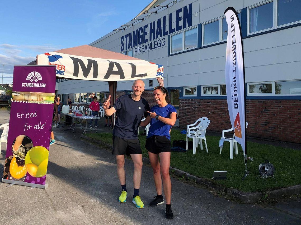 De glade vinnerne, Kjetil Ørbekk og Marit Aamdal, etter årets 14. løp i karusellen på Hedmarken. (Foto: Stangehallen BIL)