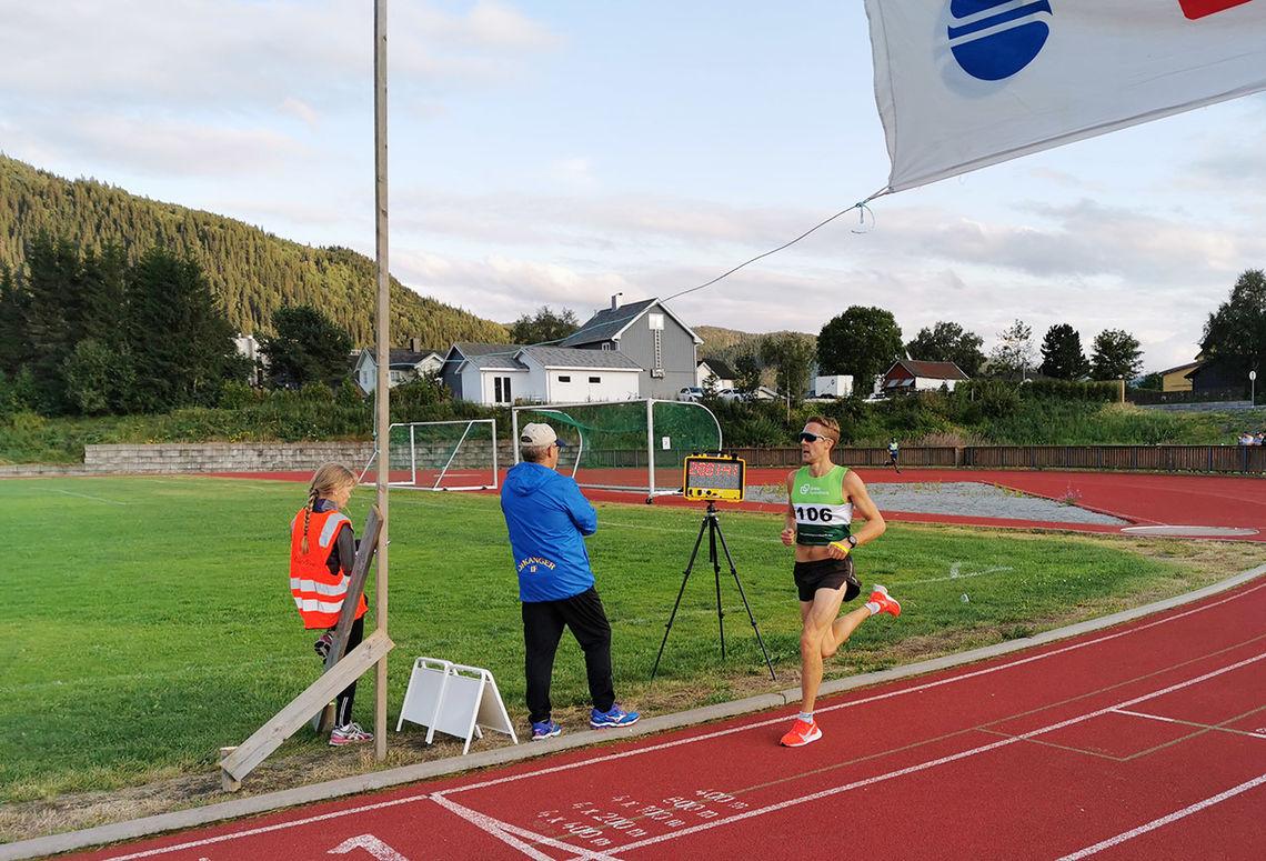 I fjorårets løp ble det seire til Strindheim IL i alle fire klasser; menn og kvinner 5 og 10 km. På bildet ser vi Trond Ørjan Eide på vei til seier på 10 km. (Foto: Bjarne Vad Nilsen)