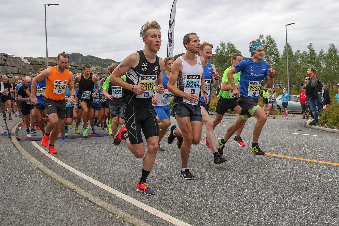Fellesstarten for begge distanser har gått. Didrik Prestegård legger seg godt fremst.