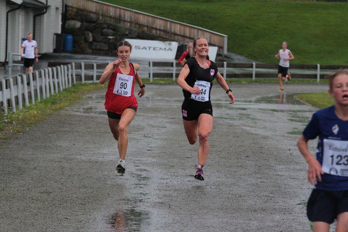 Ania Zielinkiewicz (til venste) og Julie Aspesletten kjempet om seieren til siste meter i idrettsparken i Moelv. (Foto: Finn Olsen)