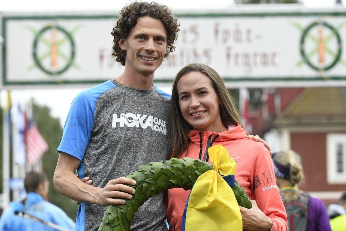Jim Walmsley fra USA er en av løperne som skal prøve å sette verdensrekord på 100 km. På bildet ser vi Walmsley og Alexandra Morozova fra Russland etter at de vant UltraVasan i 2019. Morozova er ikke med denne helgen. (Foto: Vasaloppet)