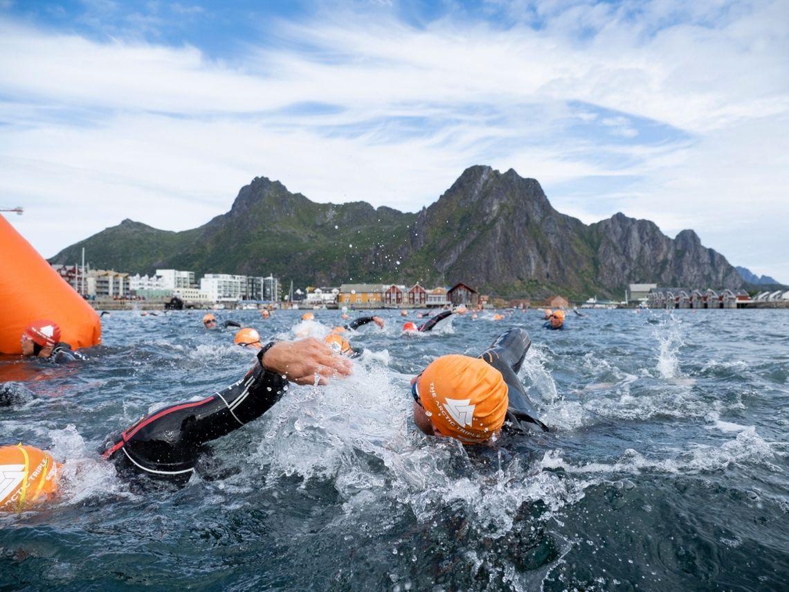Fra den innledende svømmingen i Svolvær Havn.(Foto: Kristin Folsland Olsen)