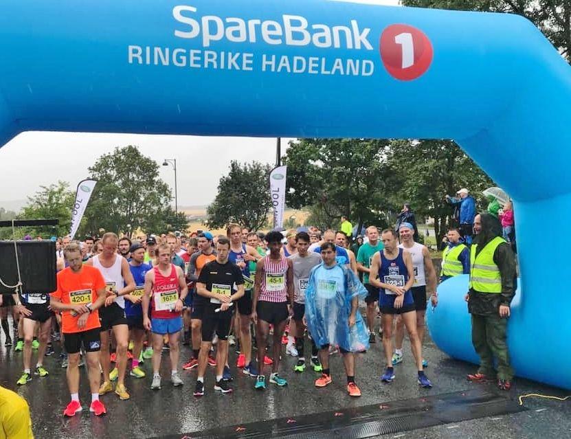 Klart for start på maratonstafetten. Vinnerlaget IF Hälle ses med nummer 45. (Arrangørfoto)