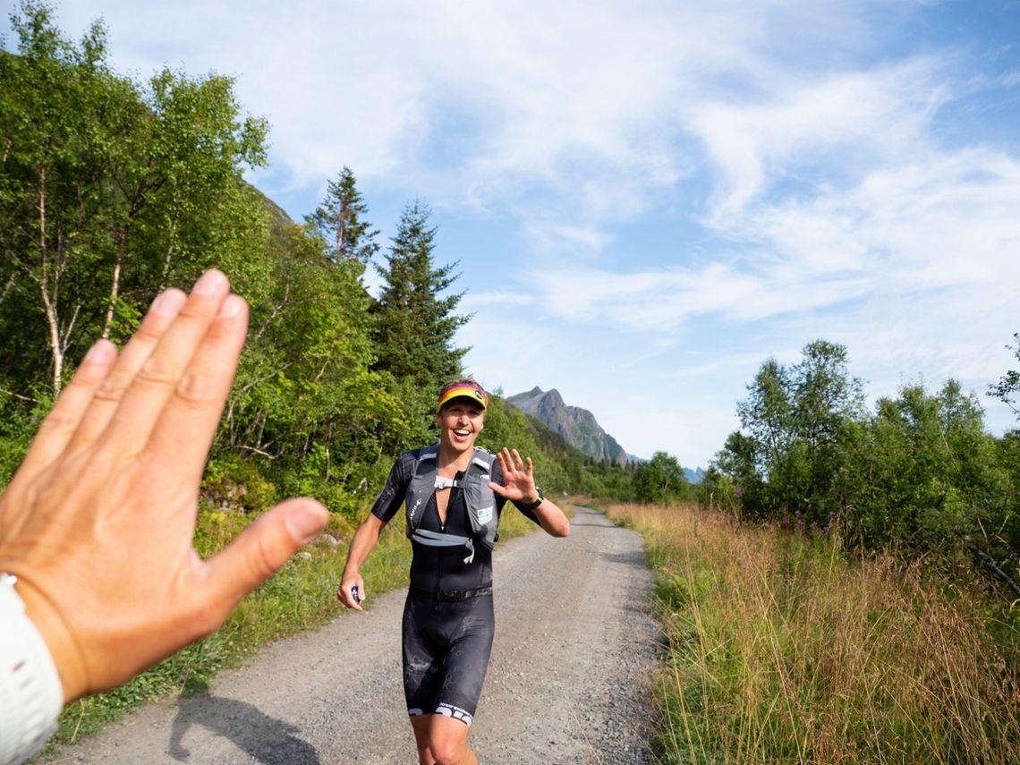 Sara Iselin Johnsen gratuleres underveis på den avsluttende løpsetappen der hun er i suveren ledelse. (Foto: Kristin Folsland Olsen)