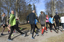 Gruppetrening: På fellestreninger kan en få nye impulser. Drill- og spenstøvelser er et nokså fast innslag på Kondistreninga i Oslo der dette bildet er tatt. (Foto: Bjørn Johannessen)