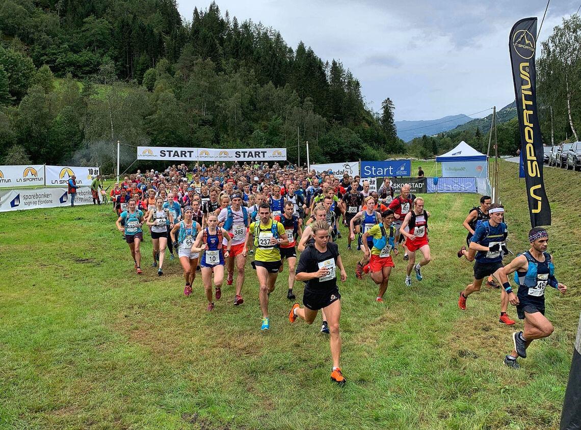 I år får vi ikke se noe lignende av dette i Loen. Starten på fjorårets La Sportiva Skåla Opp. (Foto: Johanne Heggheim)