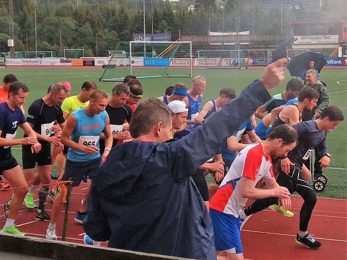Startskuddet smeller og 25 runder på Sveum idrettspark venter for 5 kvinner og 26 menn torsdag kveld. (Foto: Veldre Friidrett)