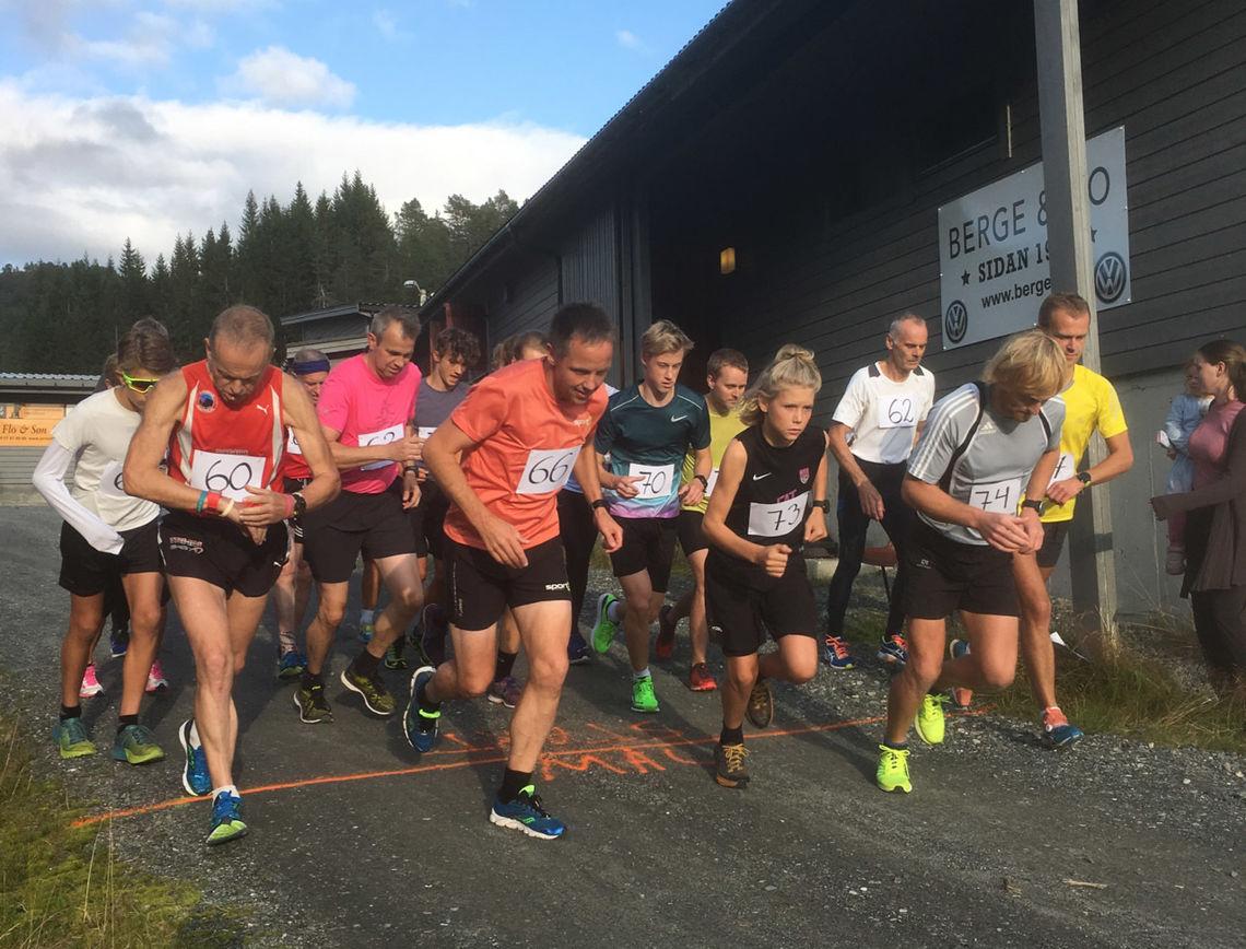 Starten har akkurat gått, og Anders Vonheim (74) og Hilmar Kråknes (66) leiar an. (Foto: Malene Nordnes)