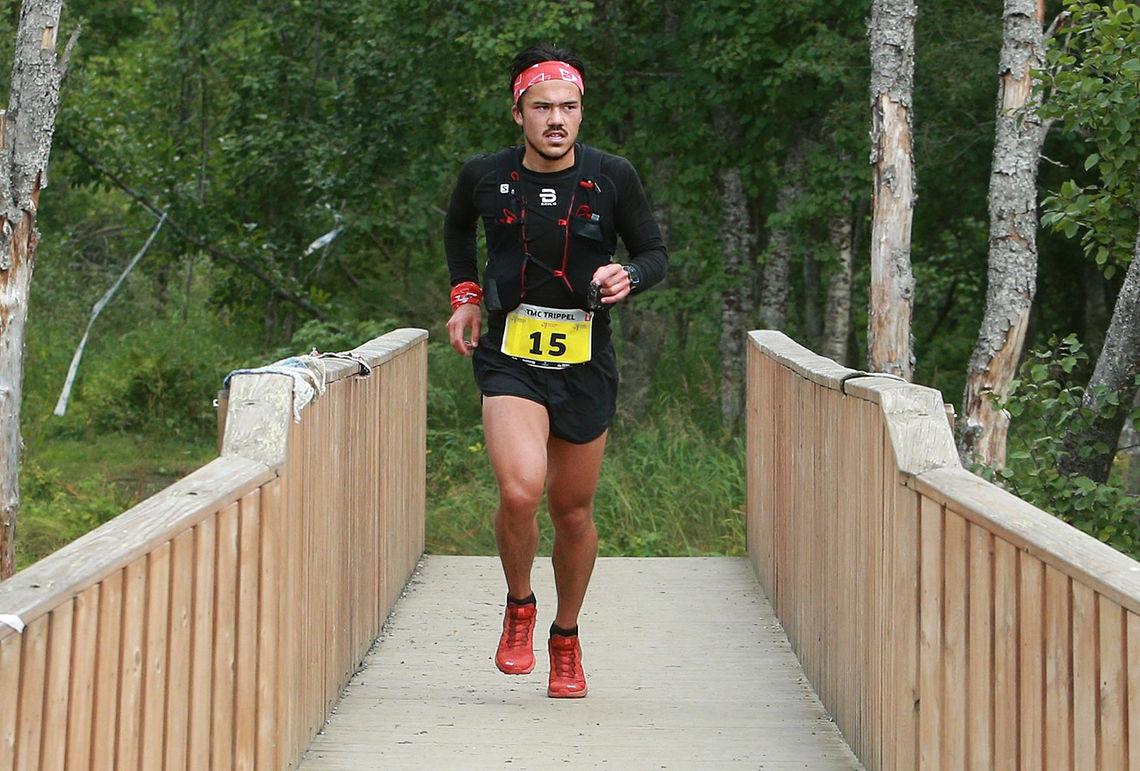 Fra tredjeplass i Ekstremløpet fredag til klar seier i 50 km fjellultra lørdag for Elias René Valøy som er på vei over broa over Tromsdalselva og inn til mål på Tromsø Camping. (Foto: Kjell Vigestad)
