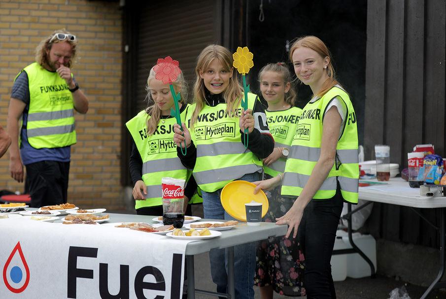 Unge medhjelpere med fluesmekker