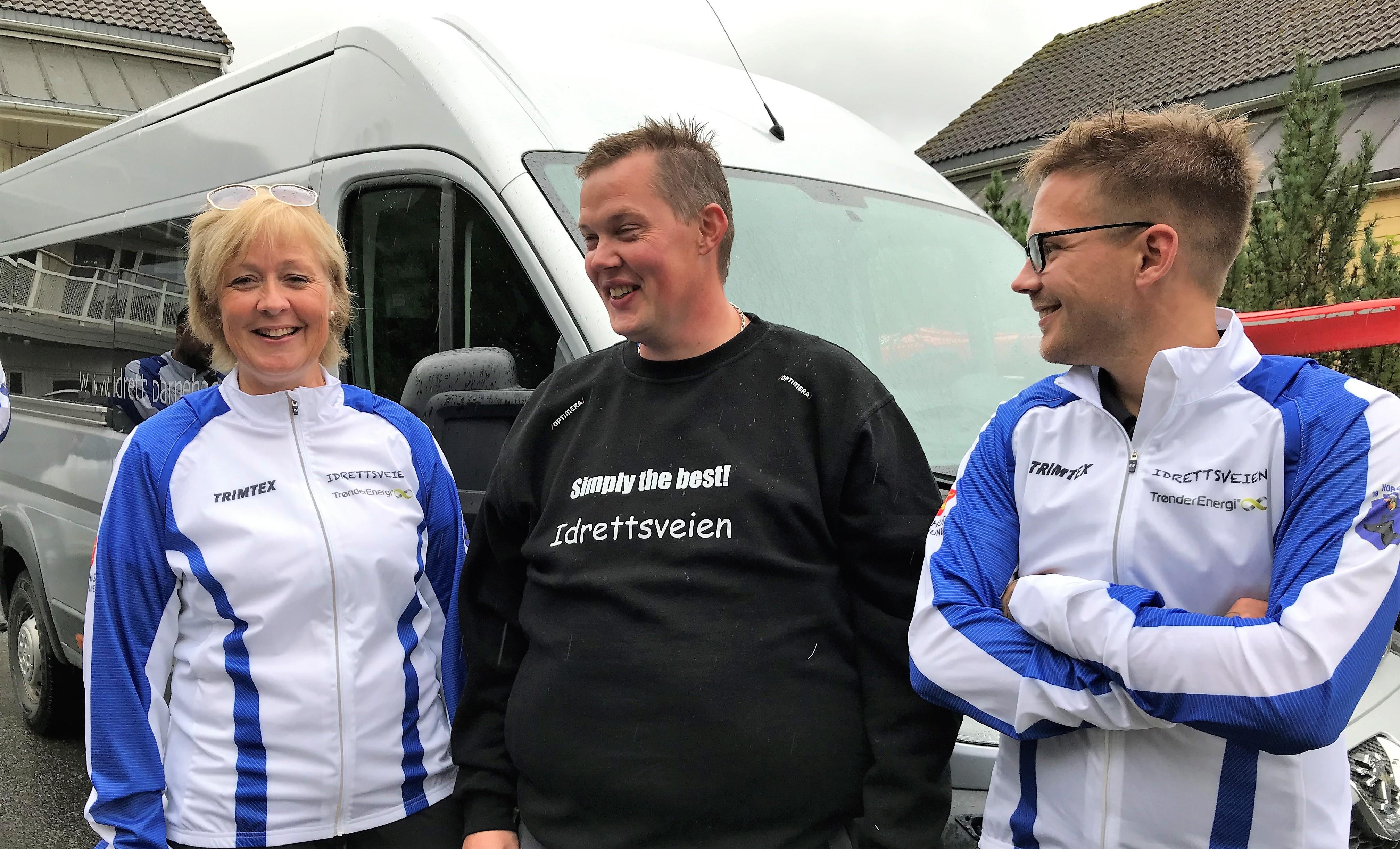 Bilde av avdelingsleder Marit Leer Øyaas, sjåfør Per Ola Aune og aktivitetsansvarlig Stian Falch